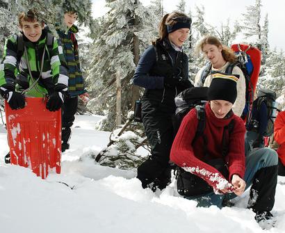 alt: Výjev ze zimní expedice do Krkonoš: studium vlastností čerstvě napadlého sněhu. Foto Stanislav Vosolsobě.