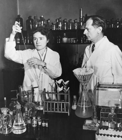 alt: Gerty Coriová a její manžel Carl Ferdinand Cori ve své laboratoři. Společně s Argentincem Bernardem Albertem Houssayem získali Coriovi v roce 1947 Nobelovu cenu za výzkum metabolismu sacharidů. Zdroj Wikimedia Commons / Smithsonian Institution from United States, no restrictions.