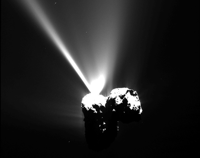 alt: Silný výtrysk plynů v době několik hodin před průchodem komety periheliem. Zdroj European Space Agency, kredit a © ESA/Rosetta/MPS for OSIRIS Team MPS/UPD/LAM/IAA/SSO/INTA/UPM/DASP/IDA, ořez Jan Kolář.