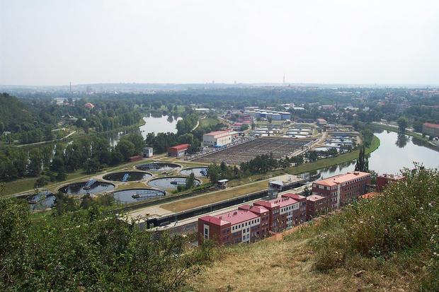 alt: Pohled na čistírnu odpadních vod v Praze. Zdroj Wikimedia Commons, autor Aktron / Wikimedia Commons, licence Creative Commons Uveďte autora-Zachovejte licenci 3.0 Unported.